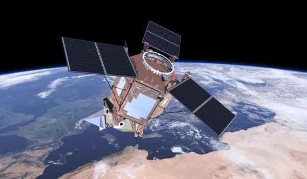 En svevende satellitt med utsikt ned mot jorden