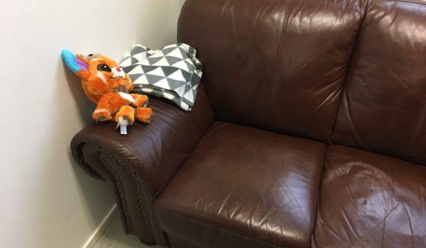 Sofa med pledd og bamse
