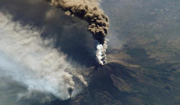 Vulkanutbrudd på Mt. Etna, Sicilia, i 2002.