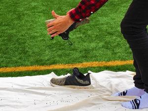Gutt tømmer fotballsko for gummigranulat