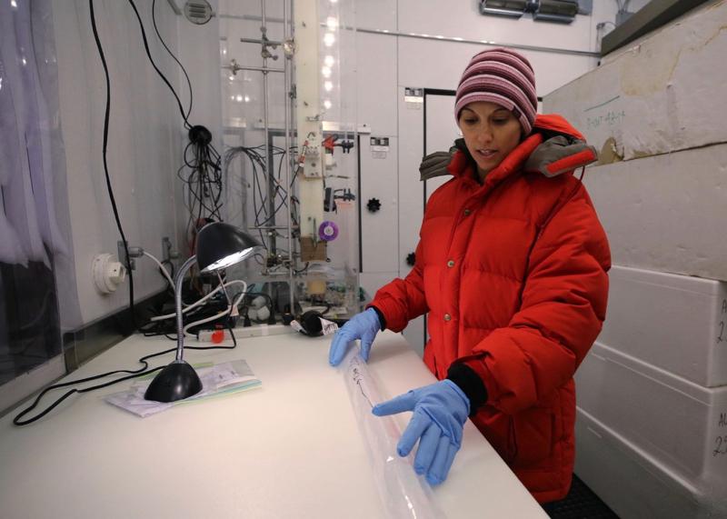 Dr. Monica Arienzo arbeider med en 30 000 år gammel iskjerne
