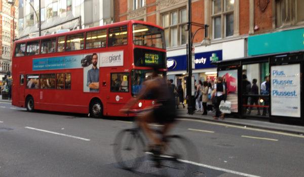 Syklist i London-trafikken