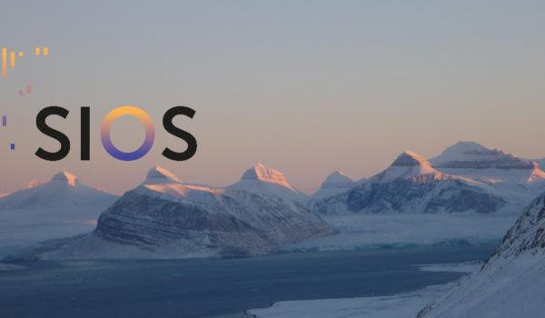 Bilde fra Svalbard med SIOS-logoen på.