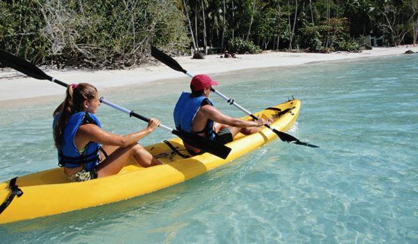 To personer iført flytevester i kano