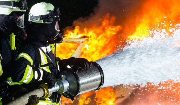 Brannmenn slukker brann