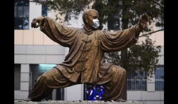 Statue med munnbind.
