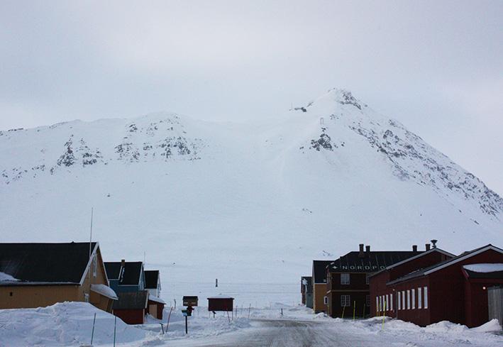 Ny Ålesund med Zeppelinfjellet i bakgrunnen