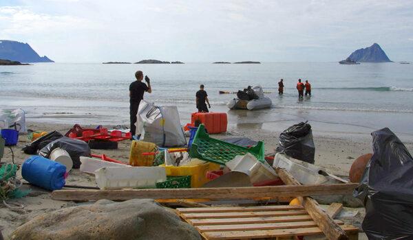 Rydding av plast i havet og langs en strand i Troms.