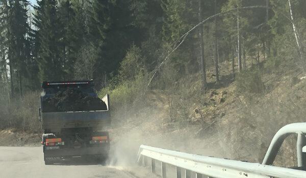 Lastebil som virvler opp veistøv