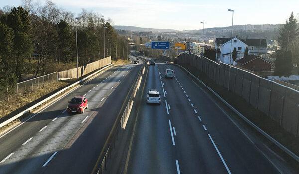 E& ved Ulvensplitten kl. 07.45 torsdag 19. mars 2020. Langt færre biler enn vanlig.