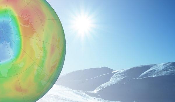 Billedmontasje som viser ozonhullet over snøkledde fjell i sola