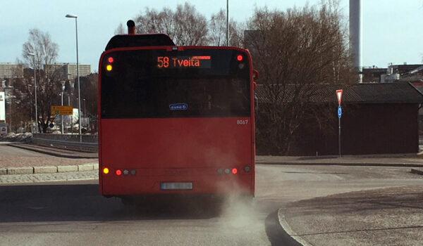 Buss som virvler opp svevestøv fra veikanten