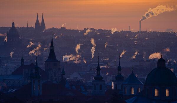 Utsikt over Praha, med røyk fra piper som stiger opp