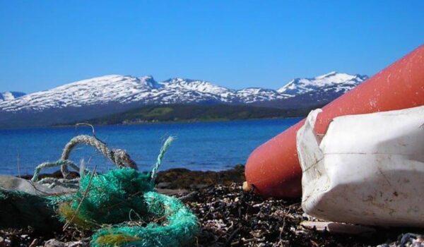 Plastavfall på en strand i Tromsø