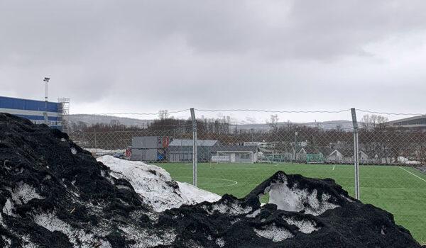 Gummigranulat dekker snøen som er måkt vekk fra kunstgressbanen