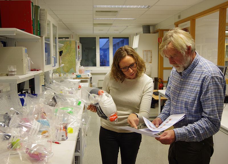 Pernilla Bohlin-Nizzetto og Norbert Schmidbauer fra NILU har undersøkt leker for Miljødirektoratet.